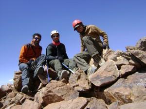Los tres en el punto más alto que alcanzamos en este cerro (5.060 msnm)