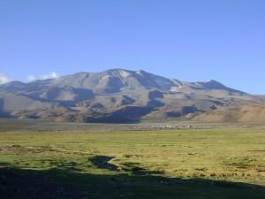 Volcán Isluga (5.530 msnm) y a sus pies el pequeño poblado de Enquelga