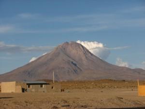Cerro Cariquima o Mama Wanapa (5.365 msnm) visto desde Colchane