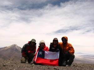 Cumbre Volcán Isluga y el Cabaray (Bolivia) de fondo