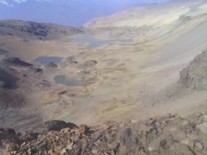 Lagunas nor-ponientes de la meseta de los 3.000 desde el portezuelo (la del fondo es la que tiene isla)