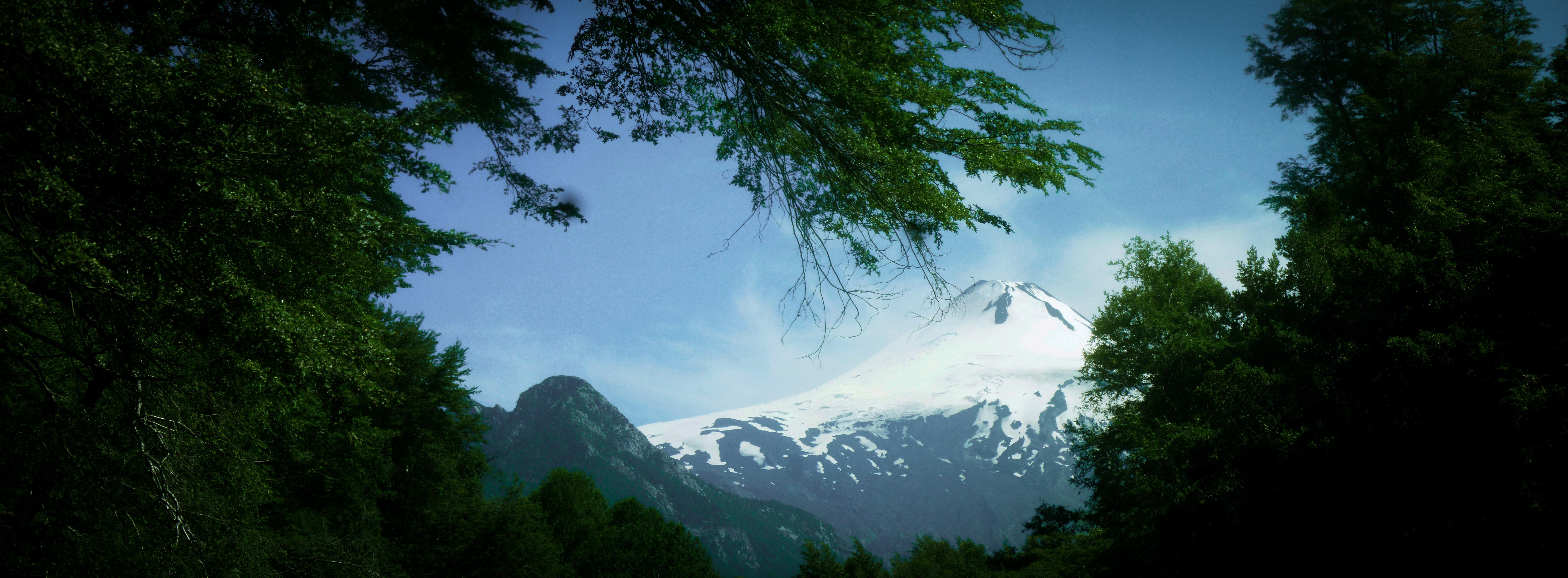 Volcán Villarrica desde el Rio Trancura